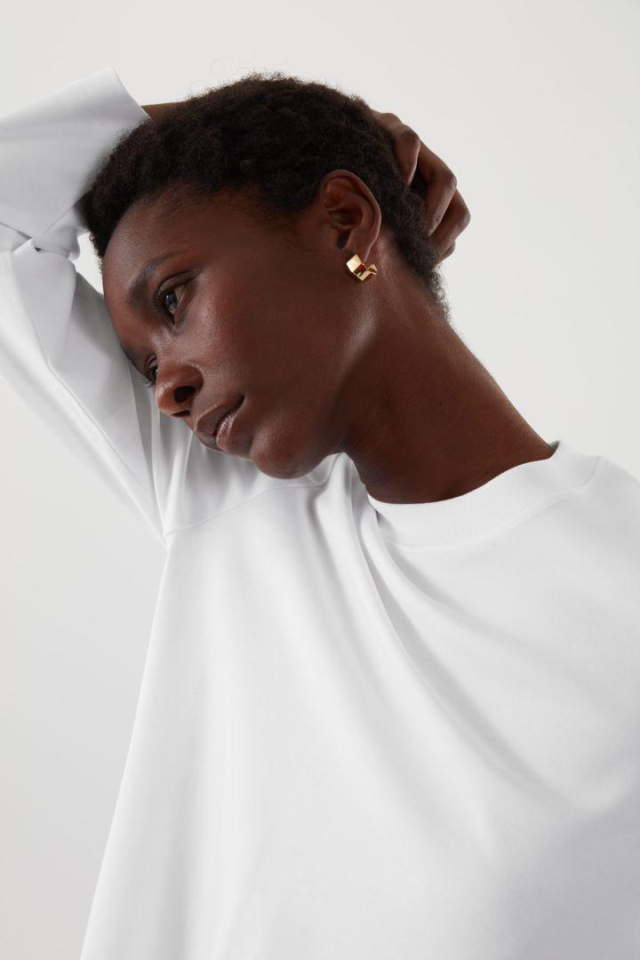 COS 슬림 핏 롱 슬리브 티셔츠 의 화이트컬러 ECOMLook입니다.