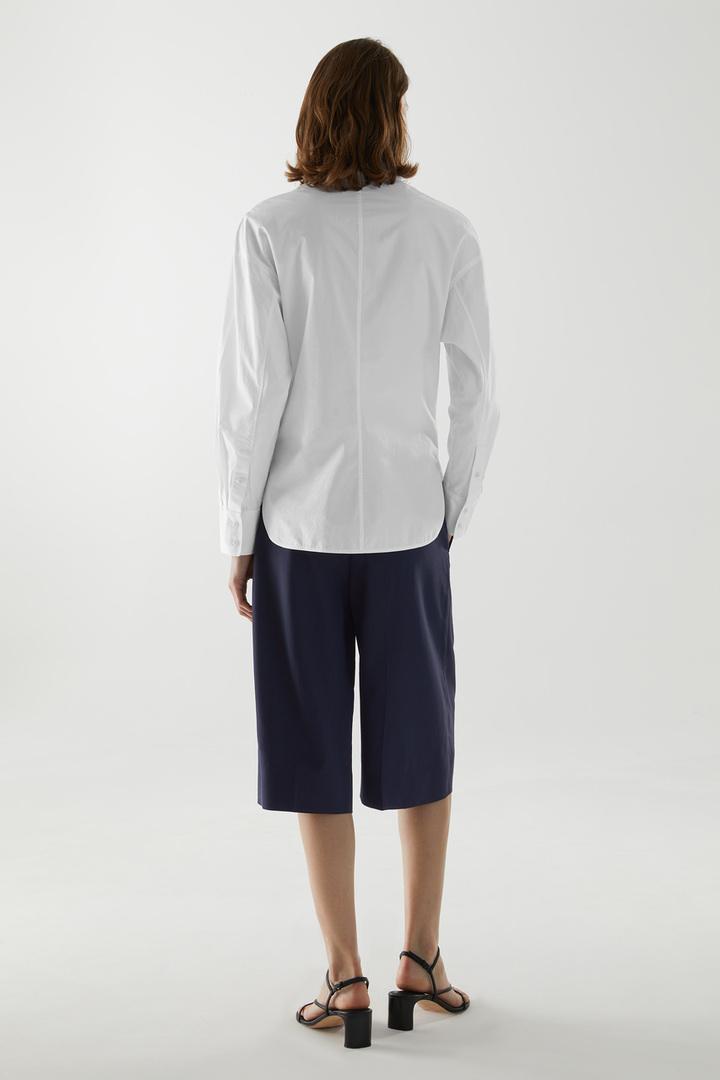 COS 오가닉 코튼 피티드 셔츠의 화이트컬러 ECOMLook입니다.