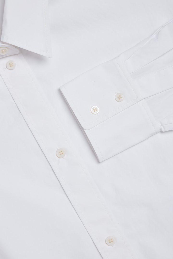 COS 오가닉 코튼 피티드 셔츠의 화이트컬러 Detail입니다.
