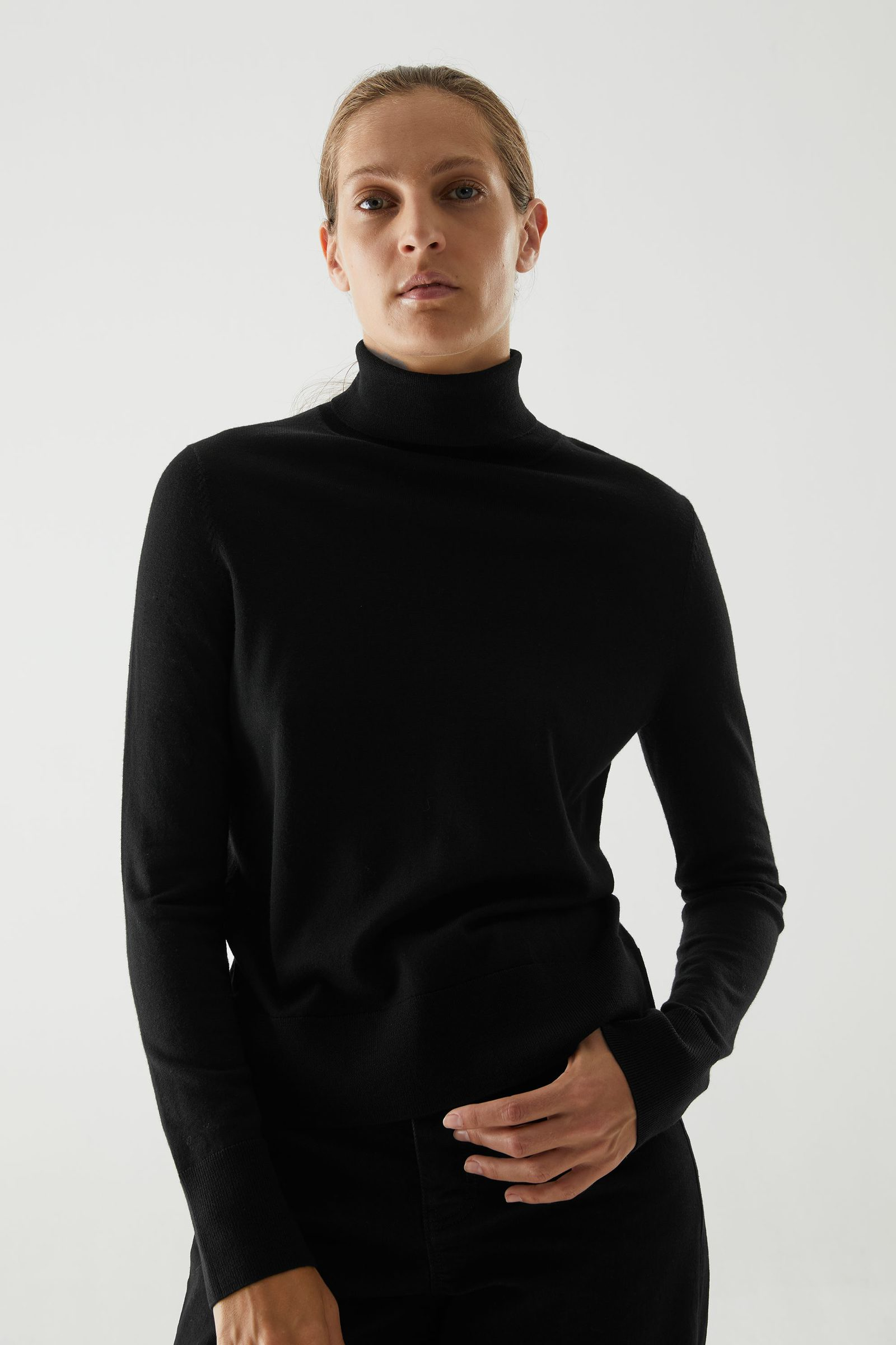 COS 메리노 울 롤넥 스웨터의 블랙컬러 ECOMLook입니다.