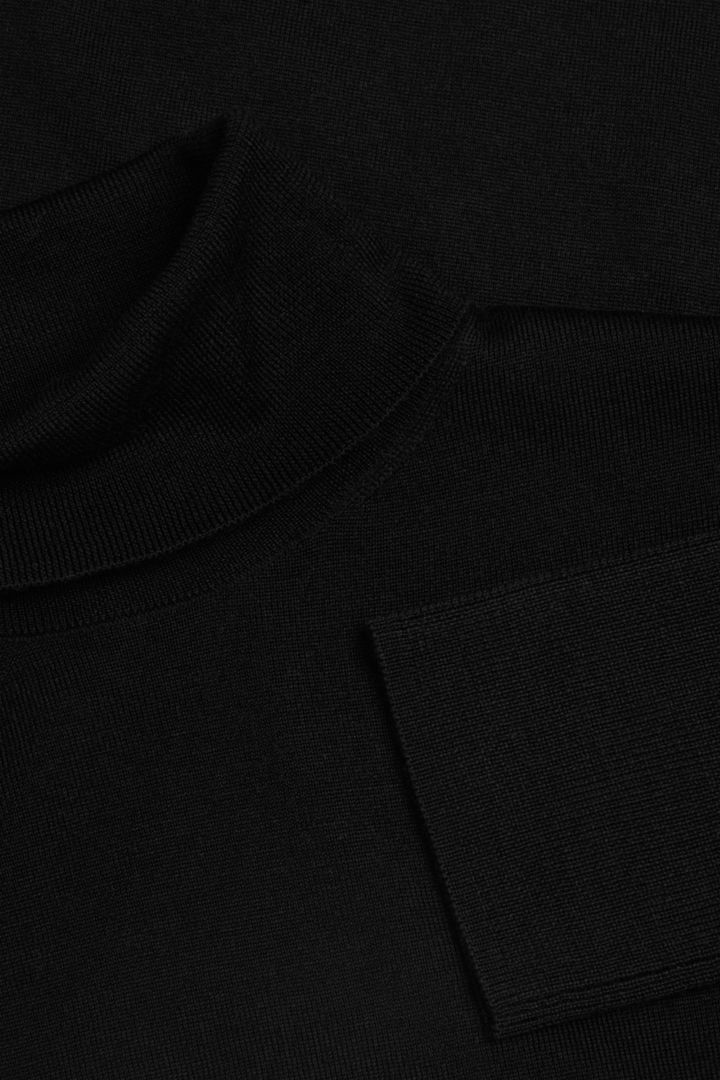 COS 메리노 울 롤넥 스웨터의 블랙컬러 Detail입니다.