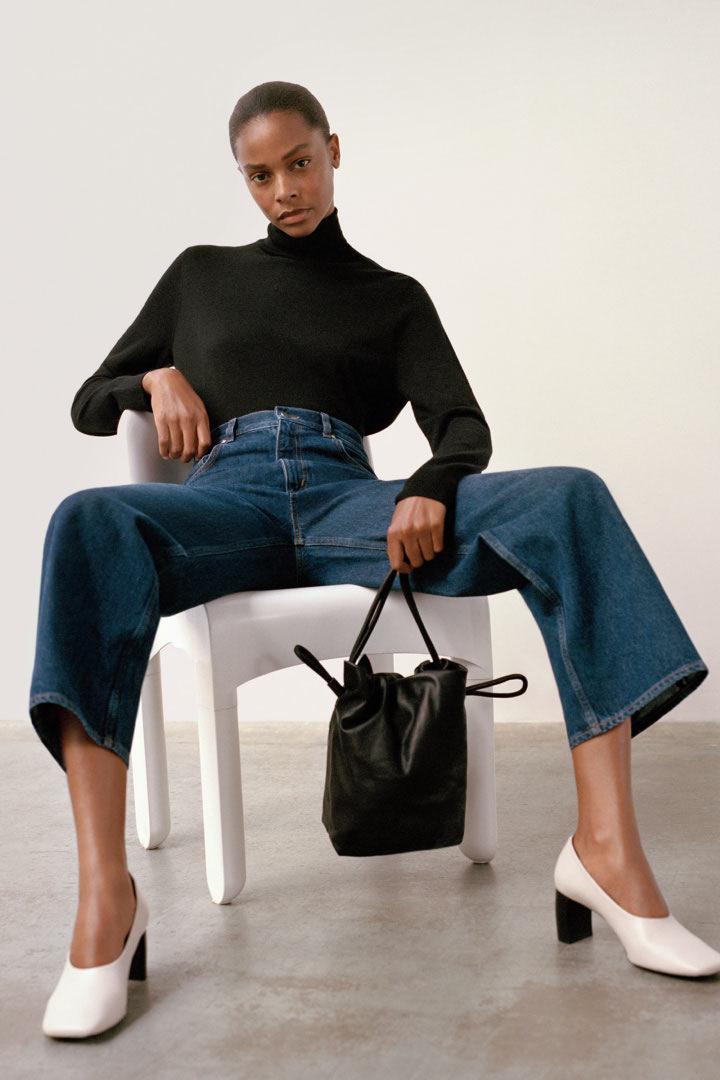 COS 메리노 울 롤넥 스웨터의 블랙컬러 Environmental입니다.
