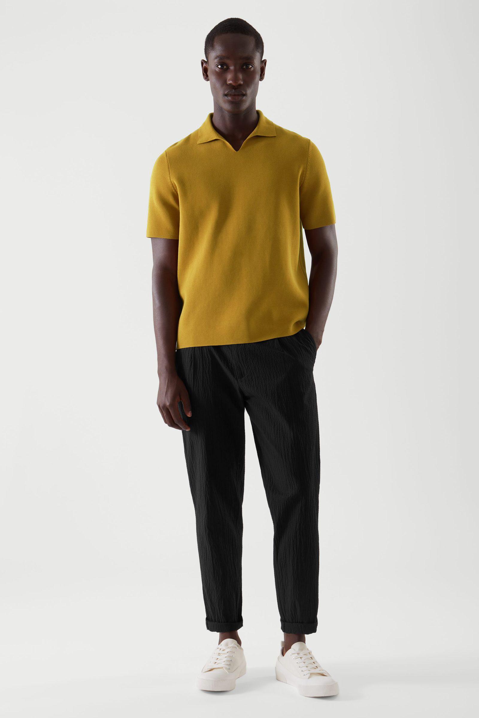 COS 오픈 칼라 폴로 셔츠의 머스타드 옐로우컬러 ECOMLook입니다.