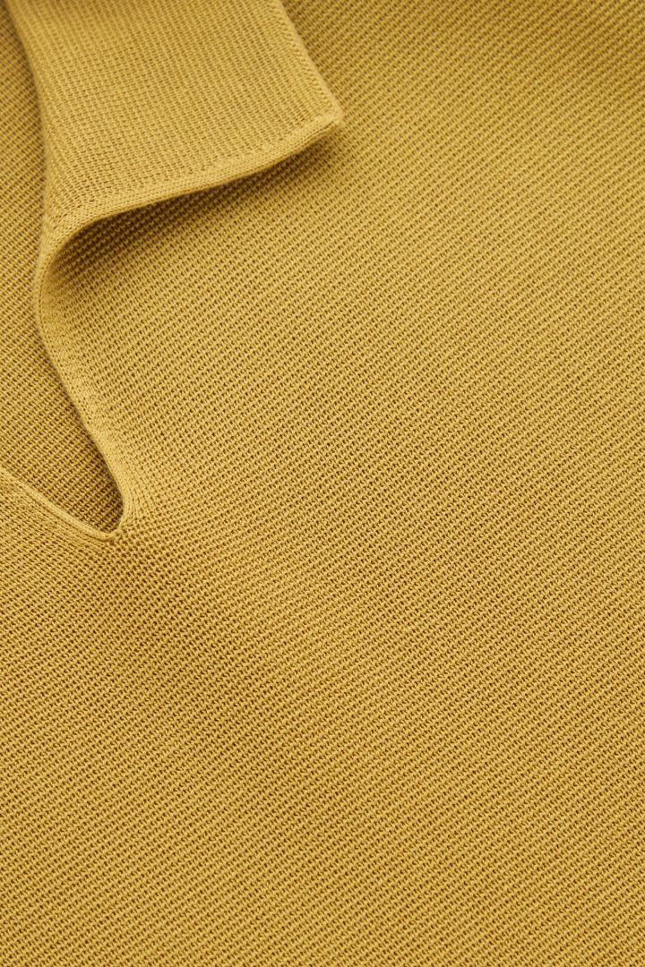 COS 오픈 칼라 폴로 셔츠의 머스타드 옐로우컬러 Detail입니다.