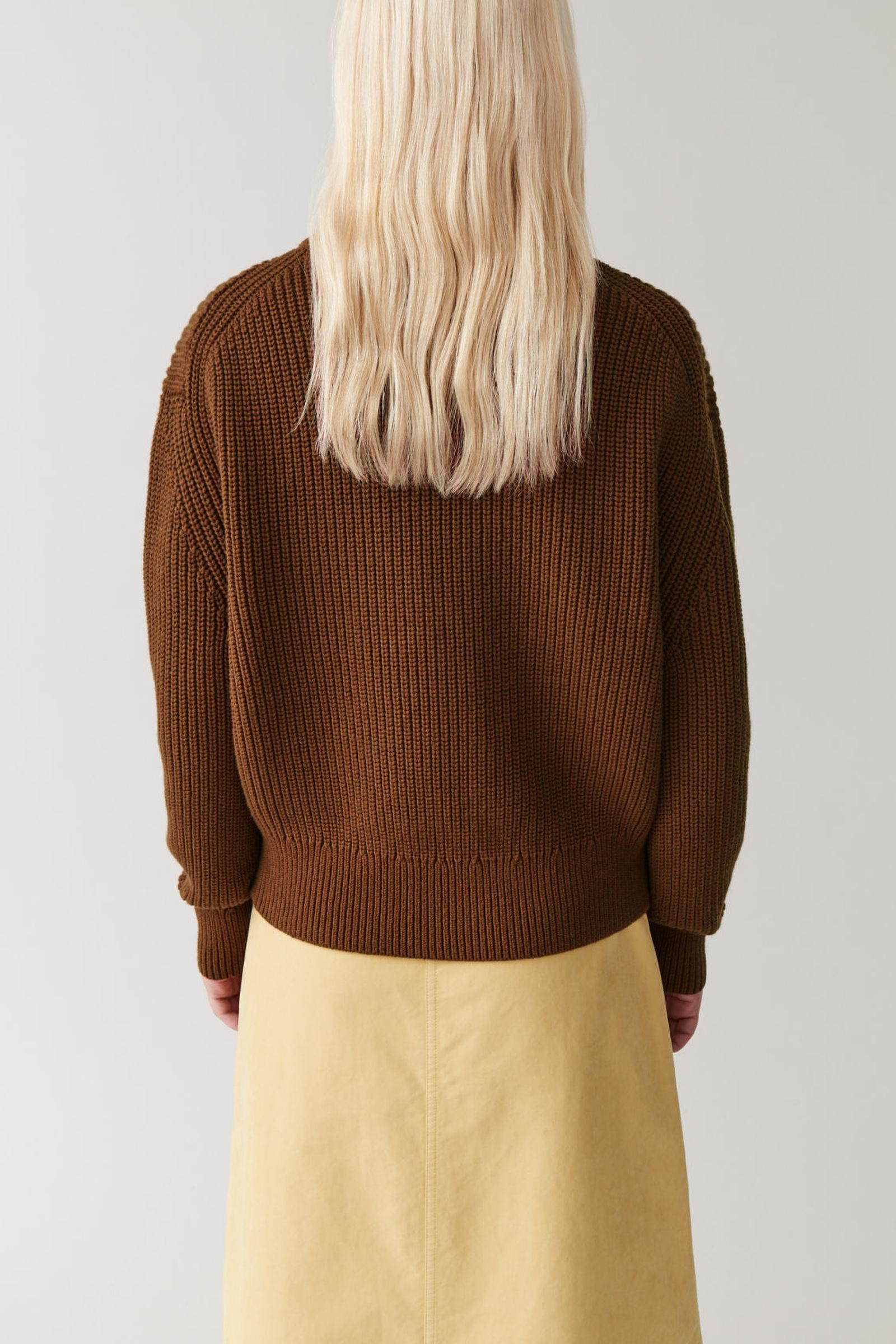 COS 청키 코튼 울 스웨터의 브라운컬러 ECOMLook입니다.
