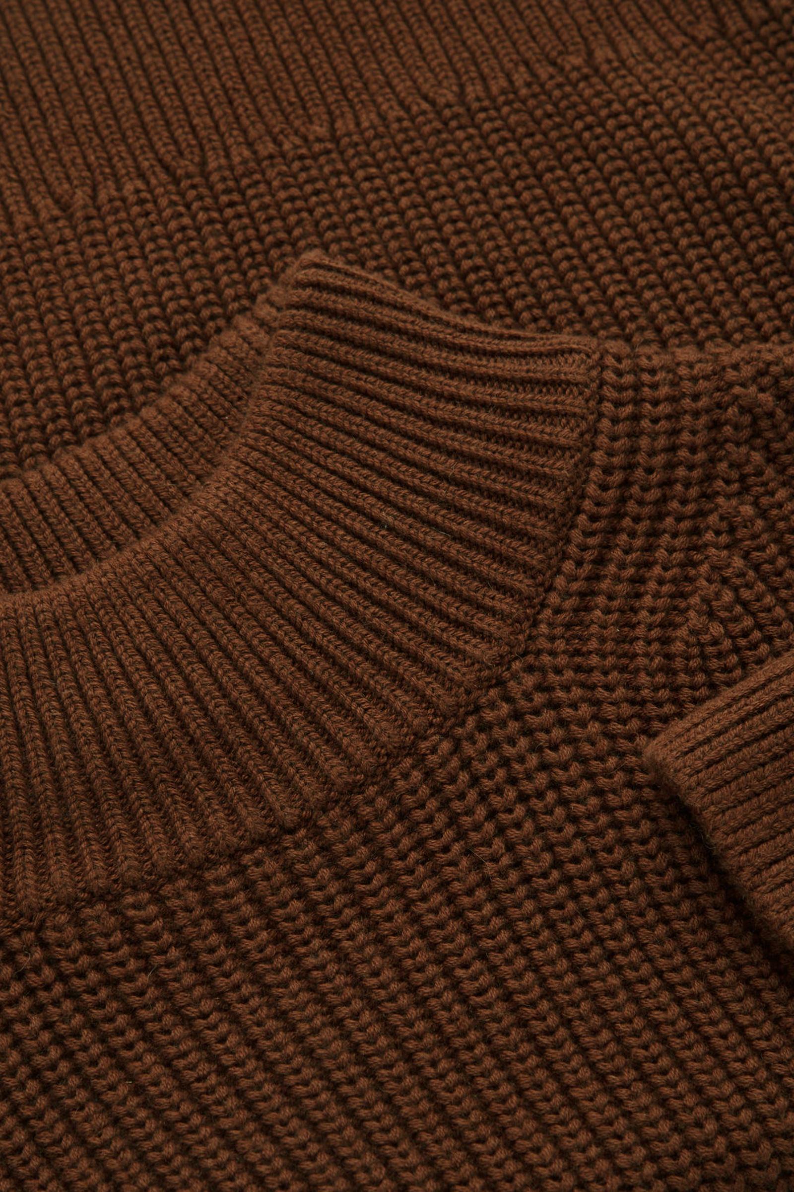 COS 청키 코튼 울 스웨터의 브라운컬러 Detail입니다.