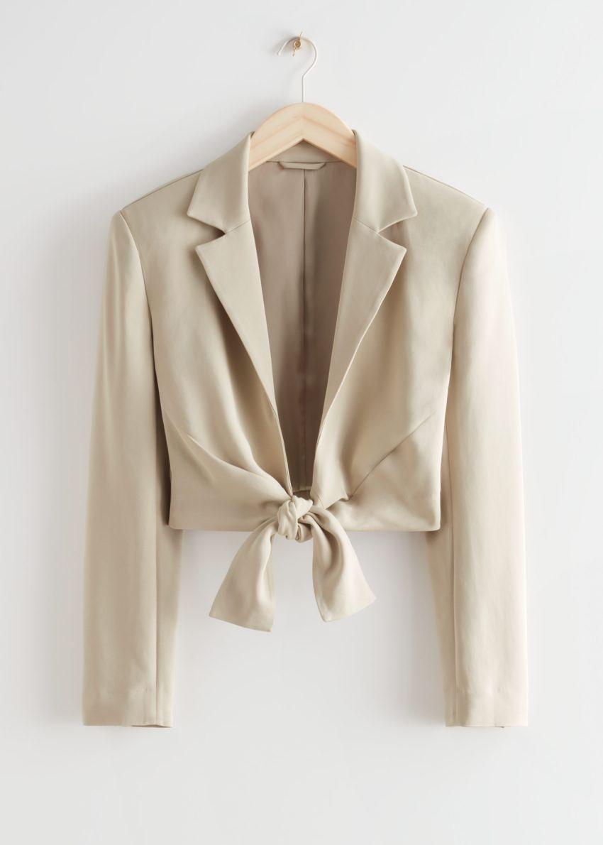 앤아더스토리즈 타이-프런트 패디드 숄더 재킷의 베이지컬러 Product입니다.