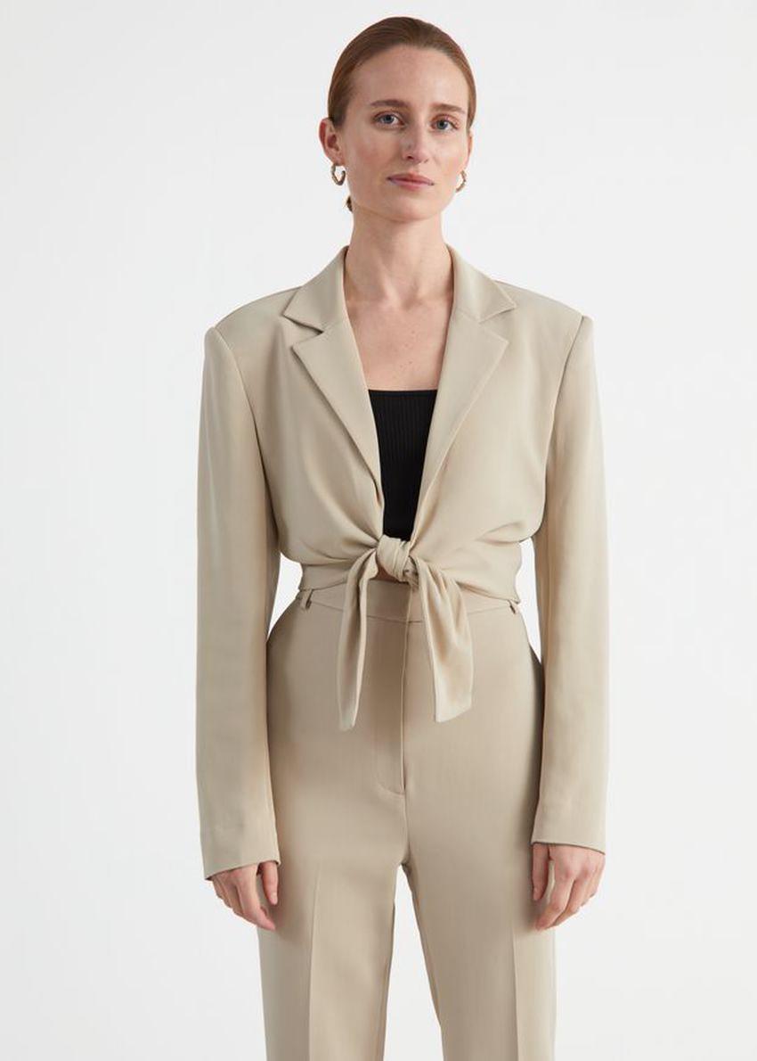 앤아더스토리즈 타이-프런트 패디드 숄더 재킷의 베이지컬러 ECOMLook입니다.