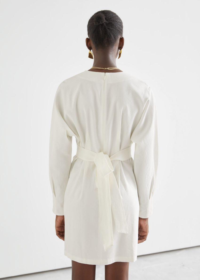 앤아더스토리즈 벨티드 돌먼 슬리브 미니 드레스 의 화이트컬러 ECOMLook입니다.