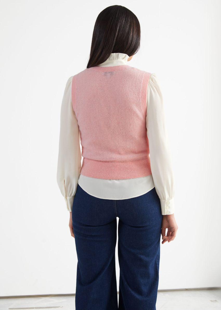앤아더스토리즈 알파카 블렌드 니트 베스트의 핑크컬러 ECOMLook입니다.