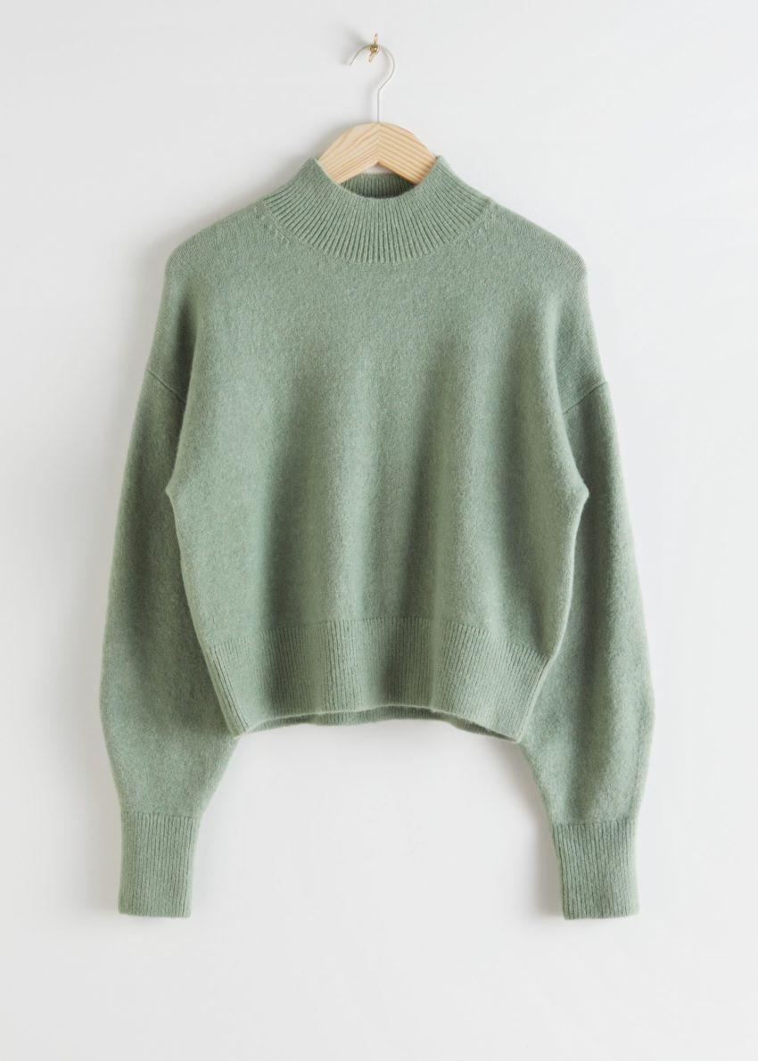 앤아더스토리즈 모크 넥 스웨터의 그린컬러 Product입니다.