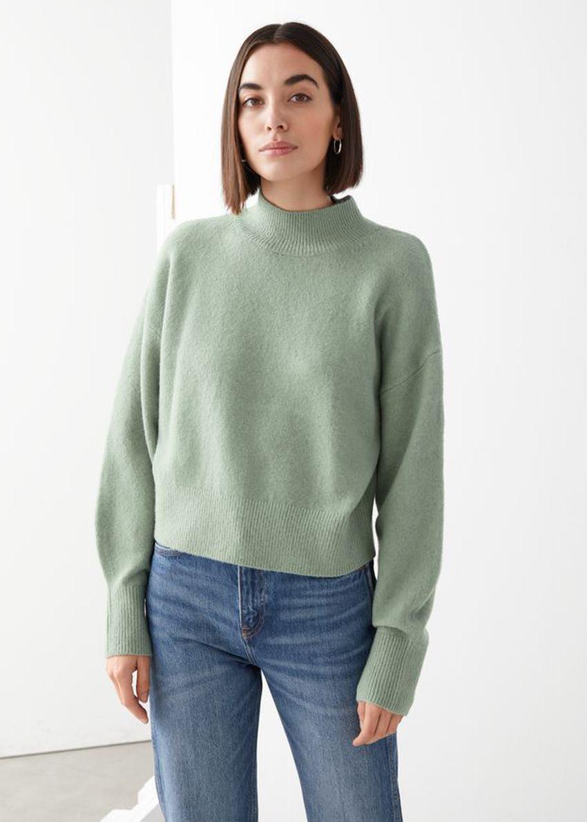앤아더스토리즈 모크 넥 스웨터의 그린컬러 ECOMLook입니다.