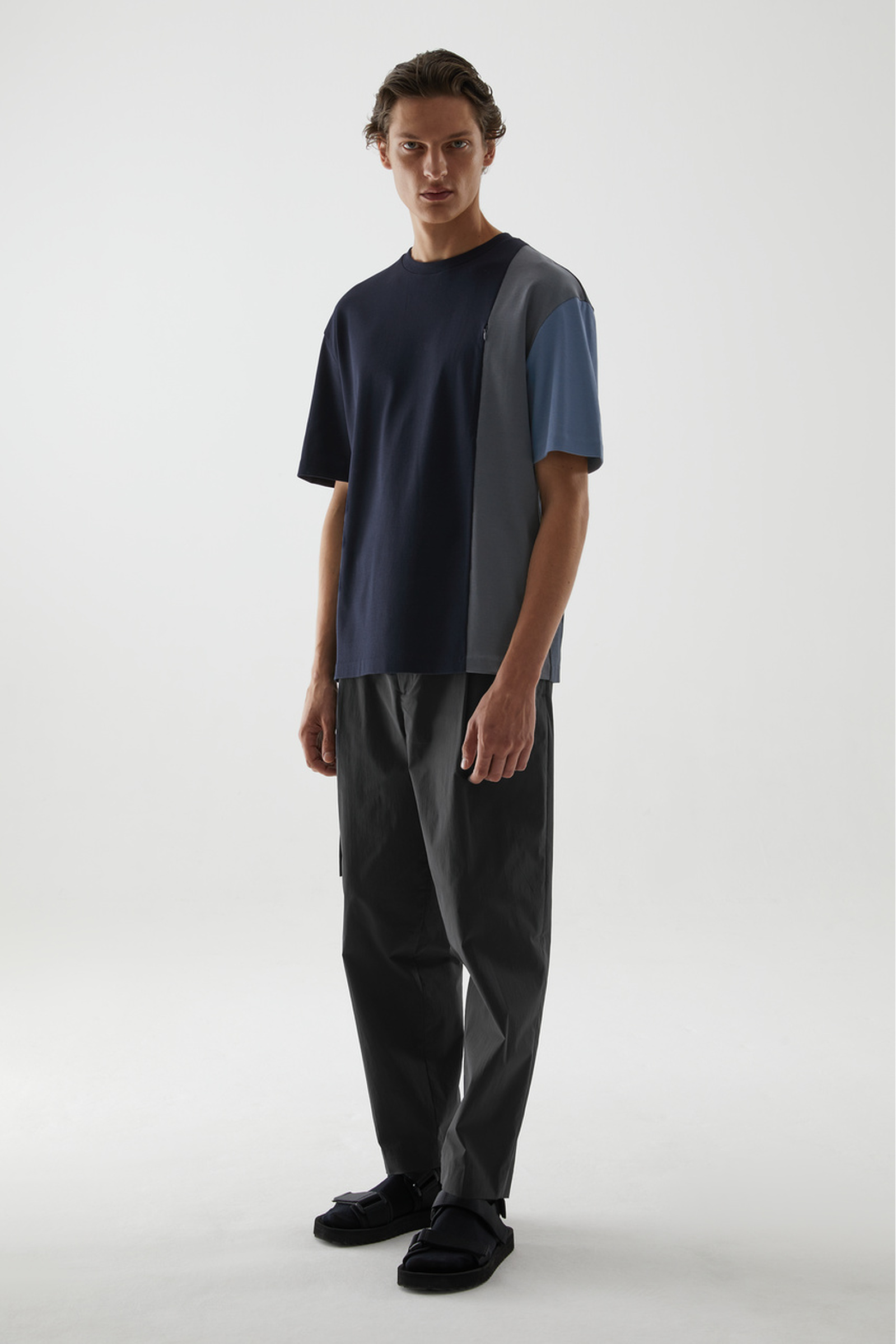 COS 코튼 패널드 티셔츠의 네이비 / 블루 / 그레이컬러 ECOMLook입니다.