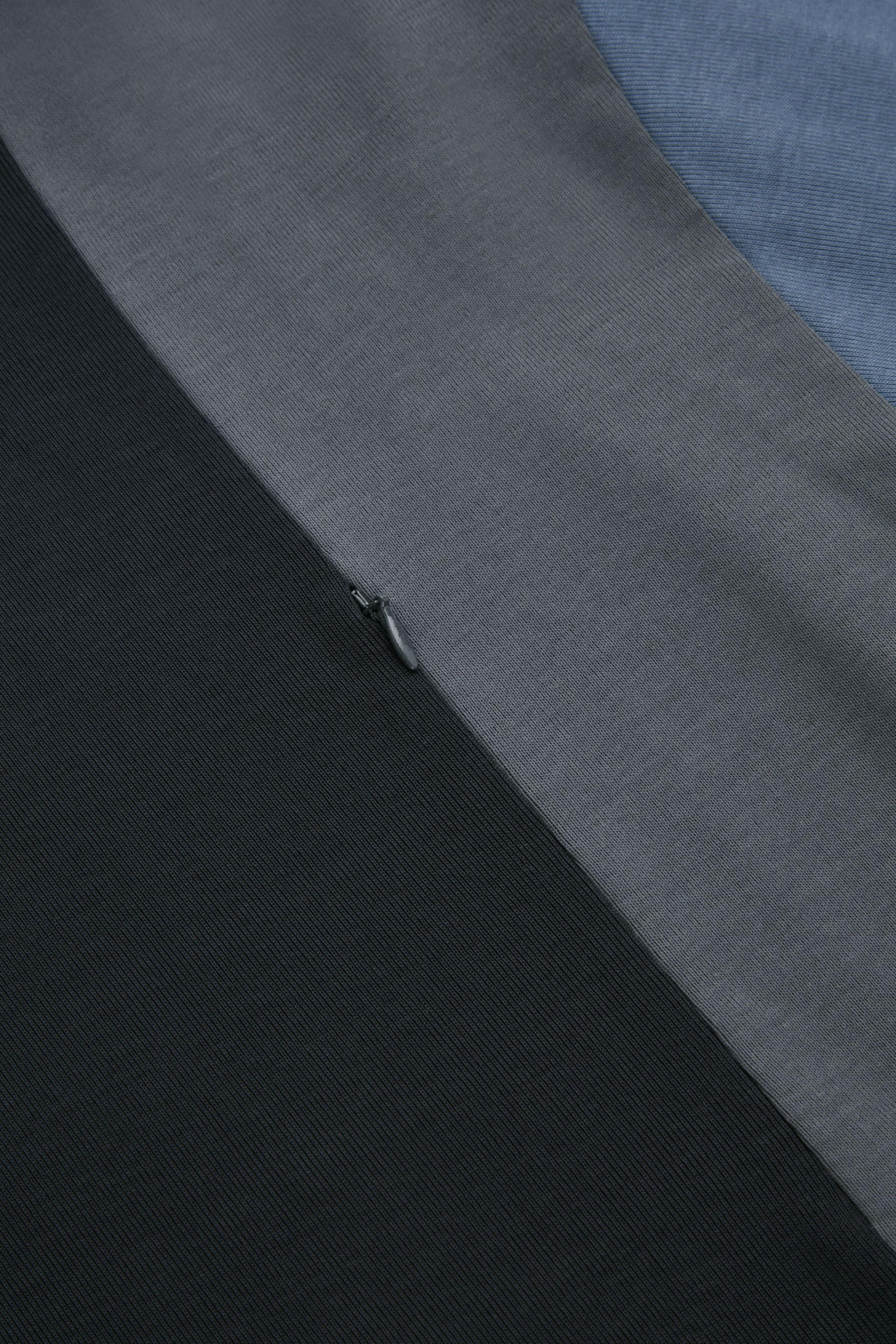 COS 코튼 패널드 티셔츠의 네이비 / 블루 / 그레이컬러 Detail입니다.
