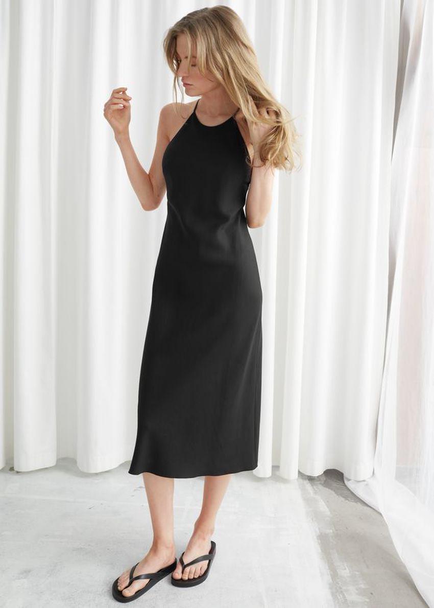 앤아더스토리즈 백 스트랩 미디 드레스의 블랙컬러 ECOMLook입니다.