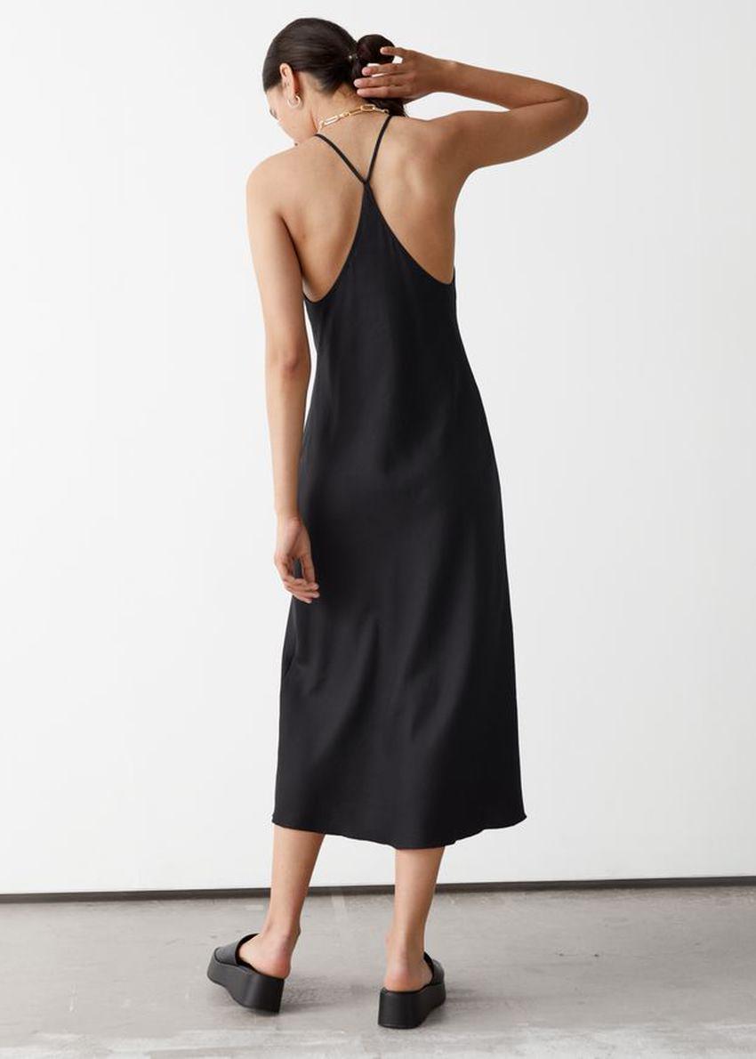 앤아더스토리즈 크리스 크로스 스트랩 미디 드레스의 블랙컬러 ECOMLook입니다.