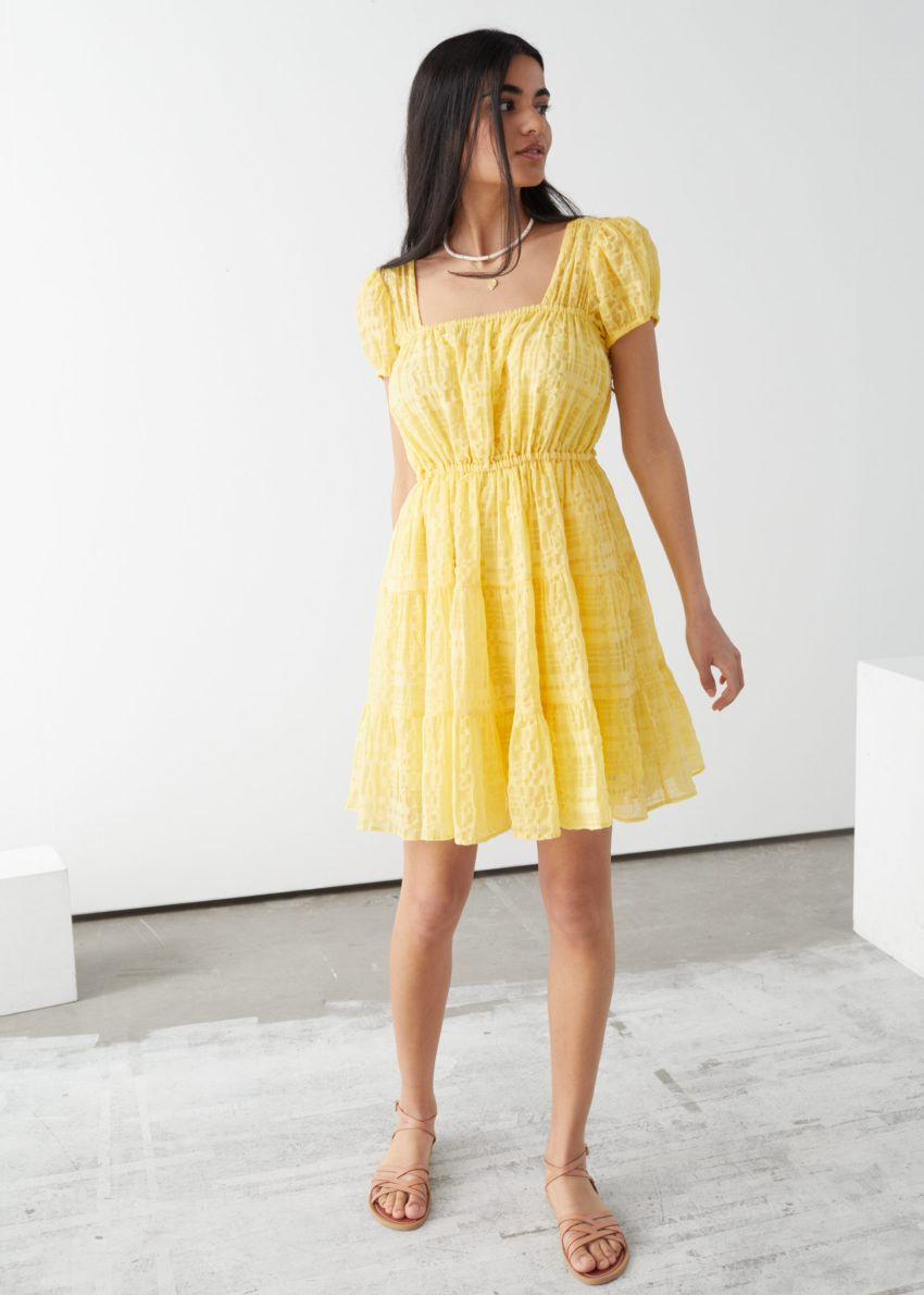 앤아더스토리즈 퍼프 슬리브 러플 미니 드레스의 옐로우컬러 ECOMLook입니다.