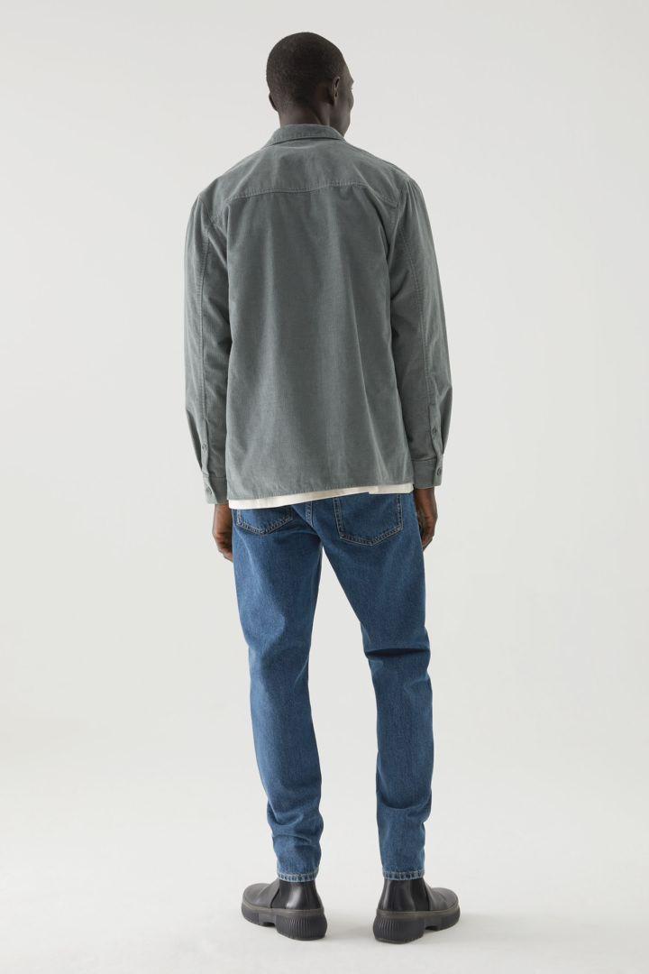 COS 오가닉 코튼 유틸리티 셔츠의 그린컬러 ECOMLook입니다.
