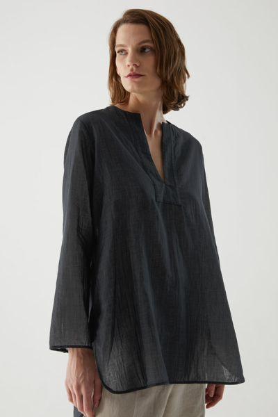 COS hover image 4 of 블랙 in 오가닉 코튼 샴브레이 튜닉 스타일 셔츠