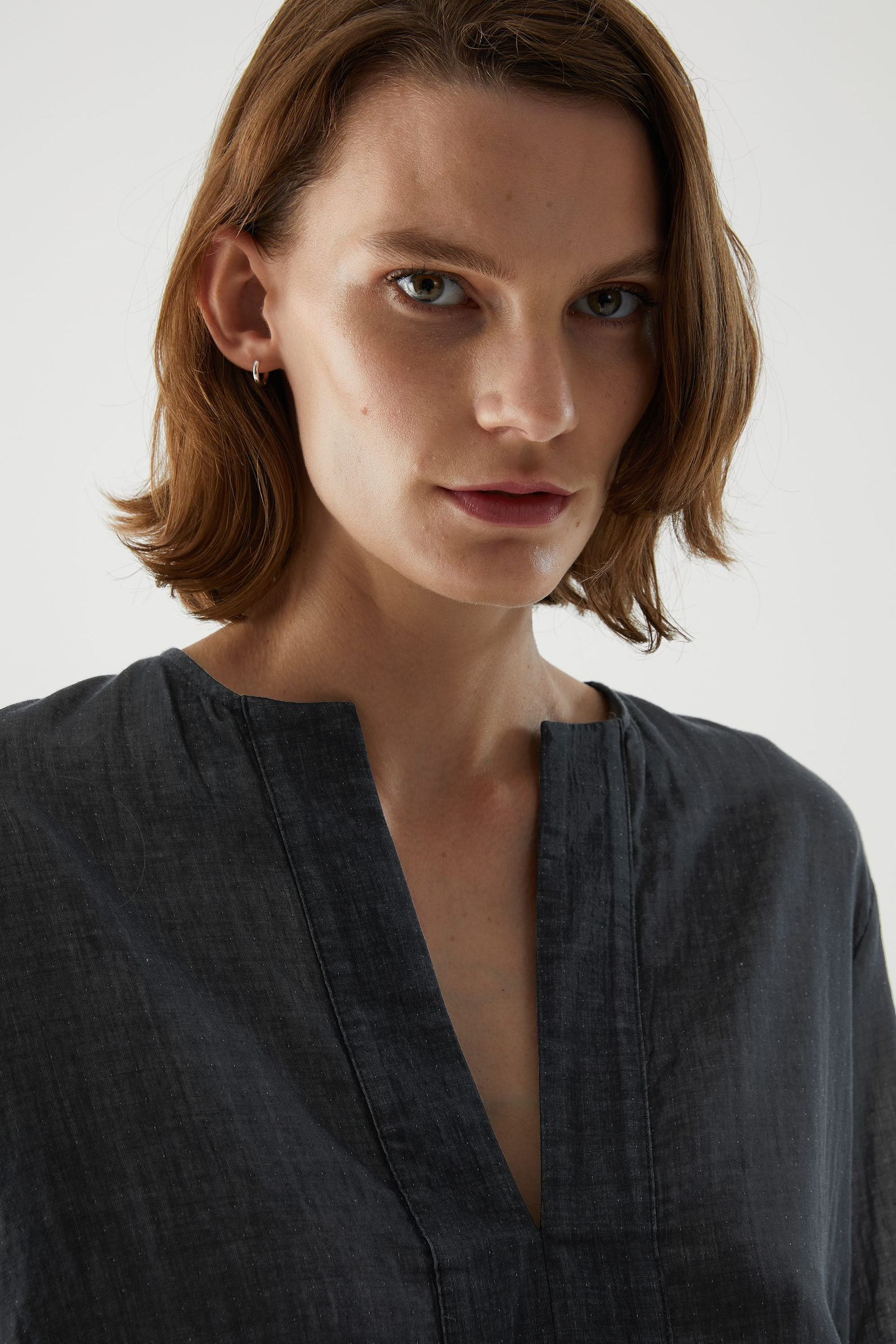 COS 오가닉 코튼 샴브레이 튜닉 스타일 셔츠의 그레이컬러 ECOMLook입니다.
