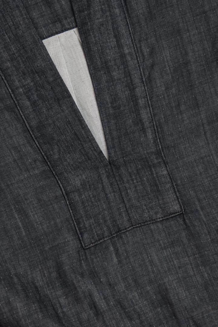 COS 오가닉 코튼 샴브레이 튜닉 스타일 셔츠의 그레이컬러 Detail입니다.