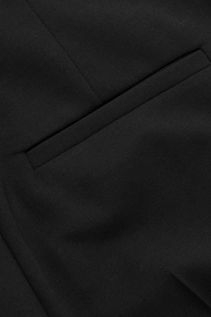 COS 테일러드 울 슬림핏 트라우저의 블랙컬러 Detail입니다.