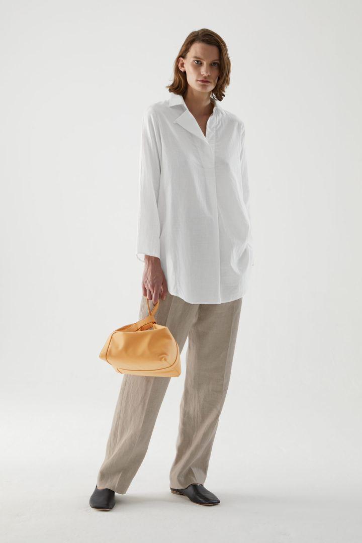 COS default image 3 of 화이트 in 오버사이즈 라이트웨이트 셔츠