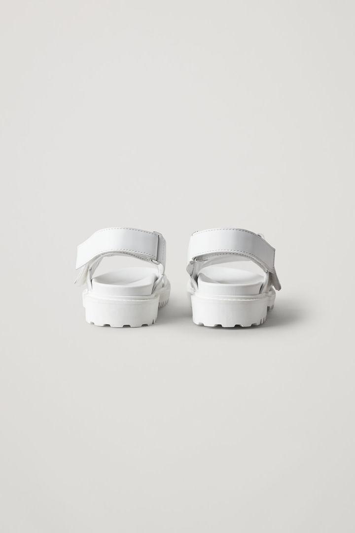 COS 청키 레더 샌들의 화이트컬러 Product입니다.