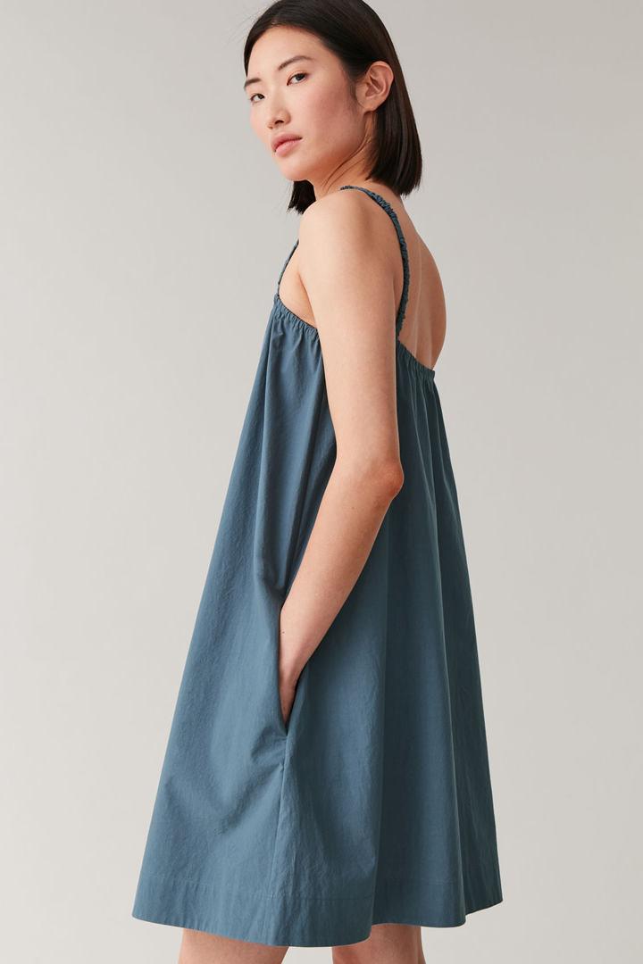 COS 개더드 디테일 코튼 드레스의 블루컬러 ECOMLook입니다.