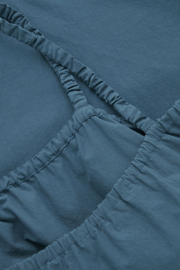COS 개더드 디테일 코튼 드레스의 블루컬러 Detail입니다.