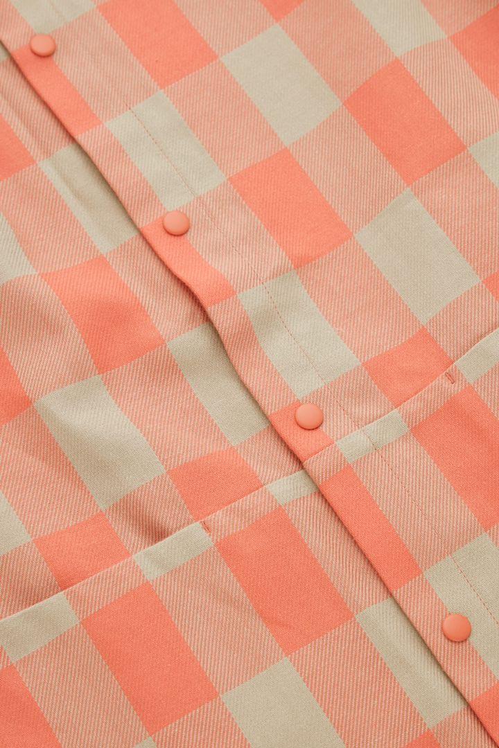 COS 오가닉 코튼 오버사이즈 깅엄 체크 드레스의 베이지컬러 Detail입니다.