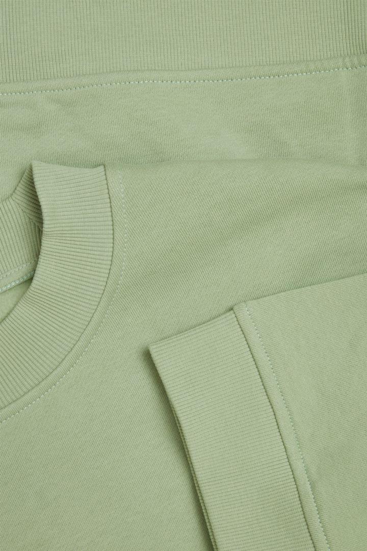 COS 오가닉 코튼 크롭 슬리브 스웻셔츠의 그린컬러 Detail입니다.