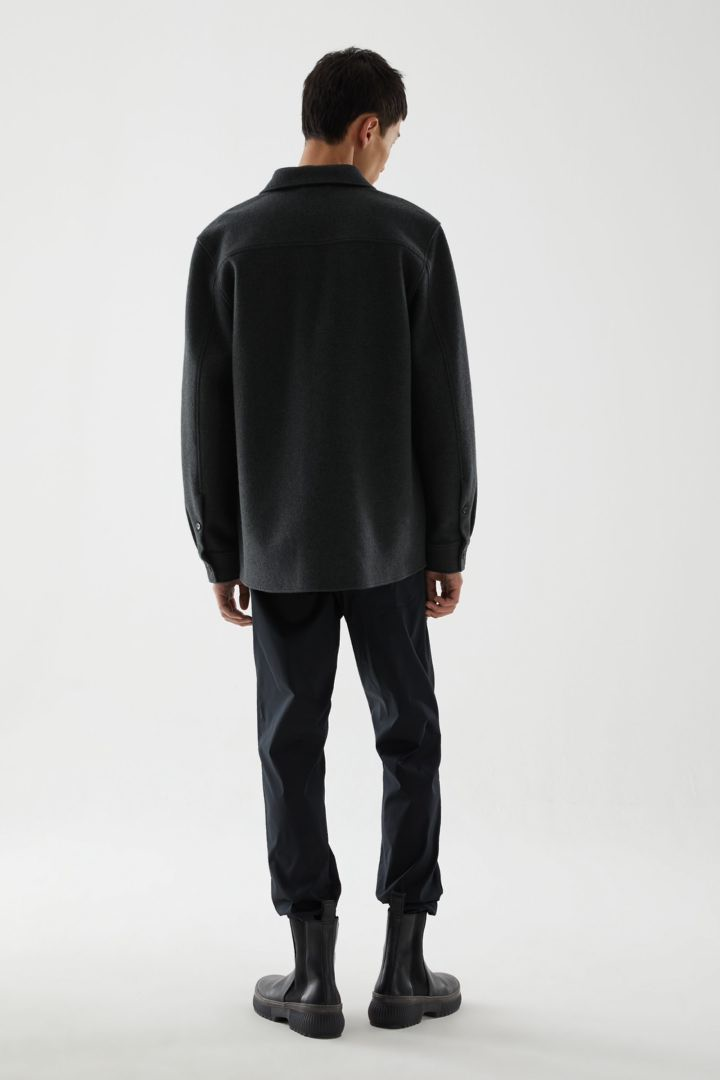 COS 릴랙스드 코튼 울 셔츠의 다크 그린컬러 ECOMLook입니다.