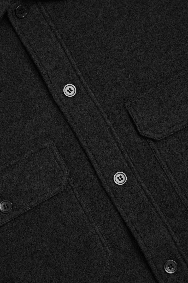 COS 릴랙스드 코튼 울 셔츠의 다크 그린컬러 Detail입니다.