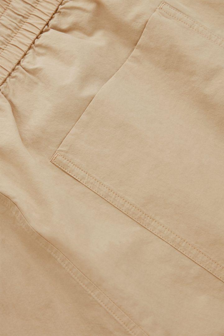 COS 오가닉 코튼 박시 쇼츠의 베이지컬러 Detail입니다.