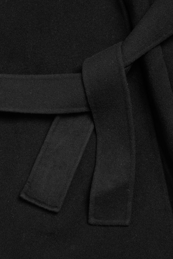 COS 울 믹스 릴랙스드 벨티드 코트의 블랙컬러 Detail입니다.