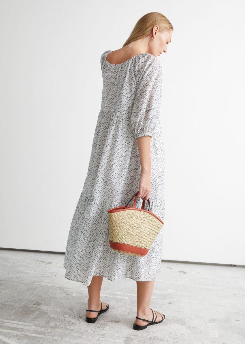 앤아더스토리즈 와이드 티어드 미디 드레스의 화이트 플로럴컬러 ECOMLook입니다.