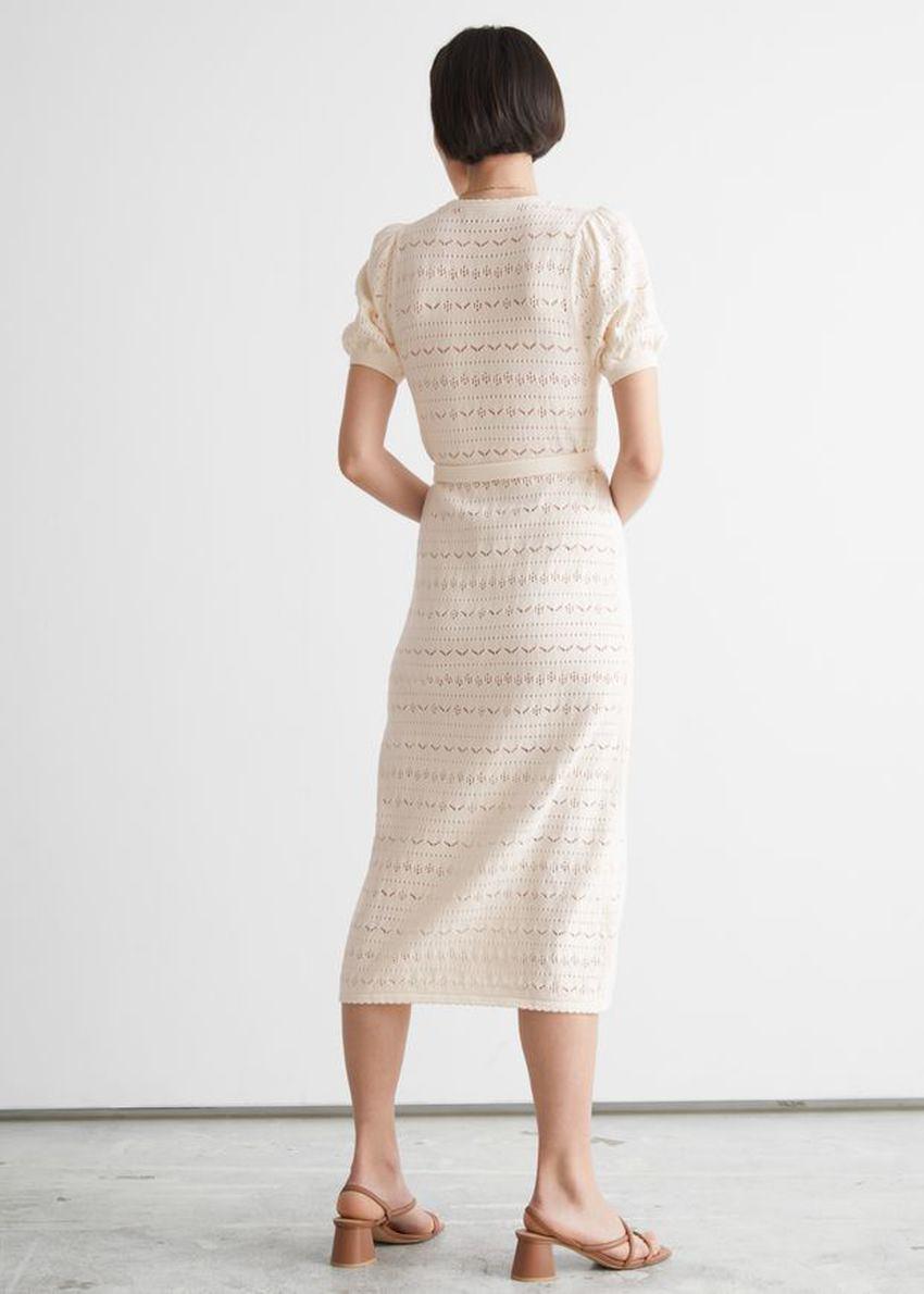 앤아더스토리즈 포인텔 니트 미디 랩 드레스의 크림컬러 ECOMLook입니다.