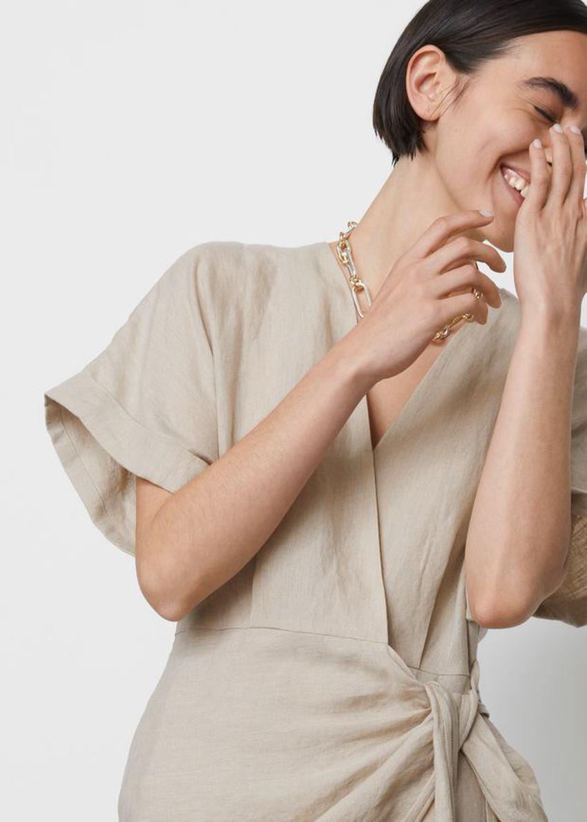 앤아더스토리즈 리넨 랩 미니 드레스의 라이트 베이지컬러 ECOMLook입니다.