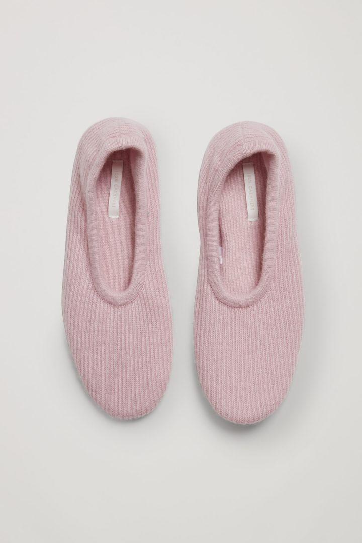 COS 리브 캐시미어 슬리퍼의 핑크컬러 Product입니다.