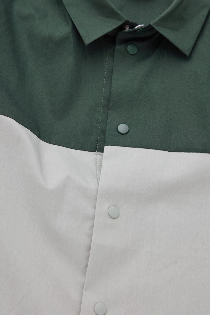 COS 컬러 블록 코튼 셔츠의 다크 그린 / 라이트 그린컬러 Detail입니다.