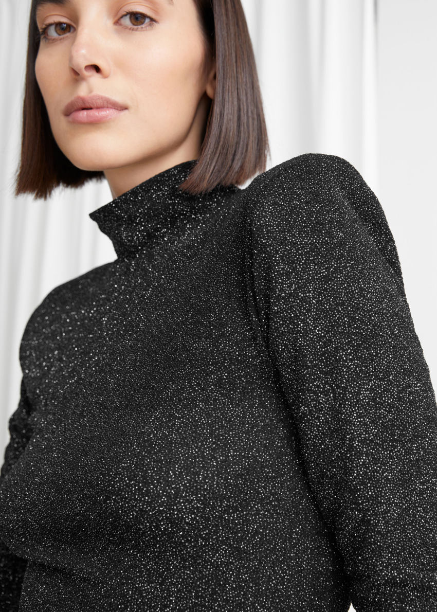 앤아더스토리즈 피티드 터틀넥 글리터 스웨터의 블랙 메탈릭컬러 ECOMLook입니다.