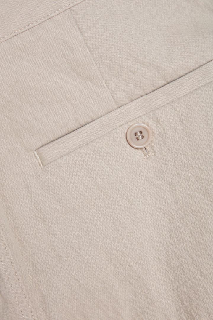 COS 릴랙스드 버튼업 치노 트라우저의 베이지컬러 Detail입니다.