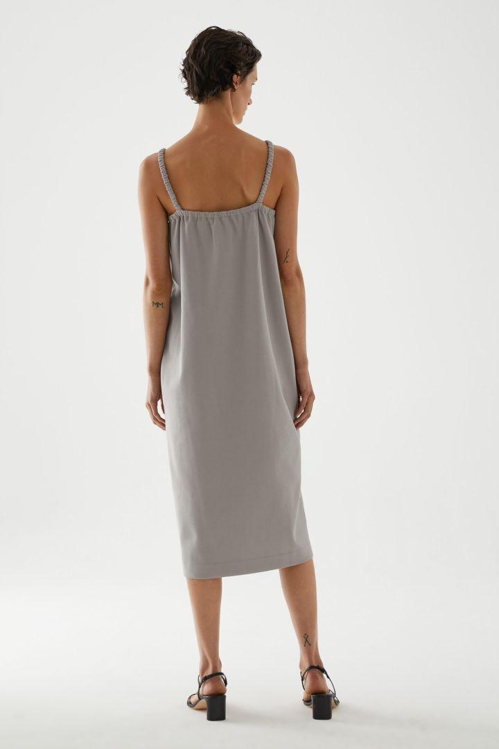 COS 오가닉 코튼 라운디드 헴 슬립 드레스의 그레이컬러 ECOMLook입니다.