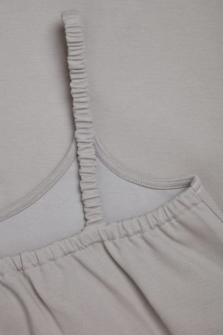 COS 오가닉 코튼 라운디드 헴 슬립 드레스의 그레이컬러 Detail입니다.