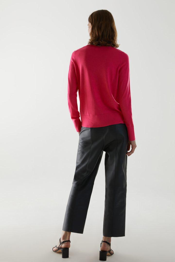 COS 메리노 울 크루 넥 스웨터의 핑크컬러 ECOMLook입니다.