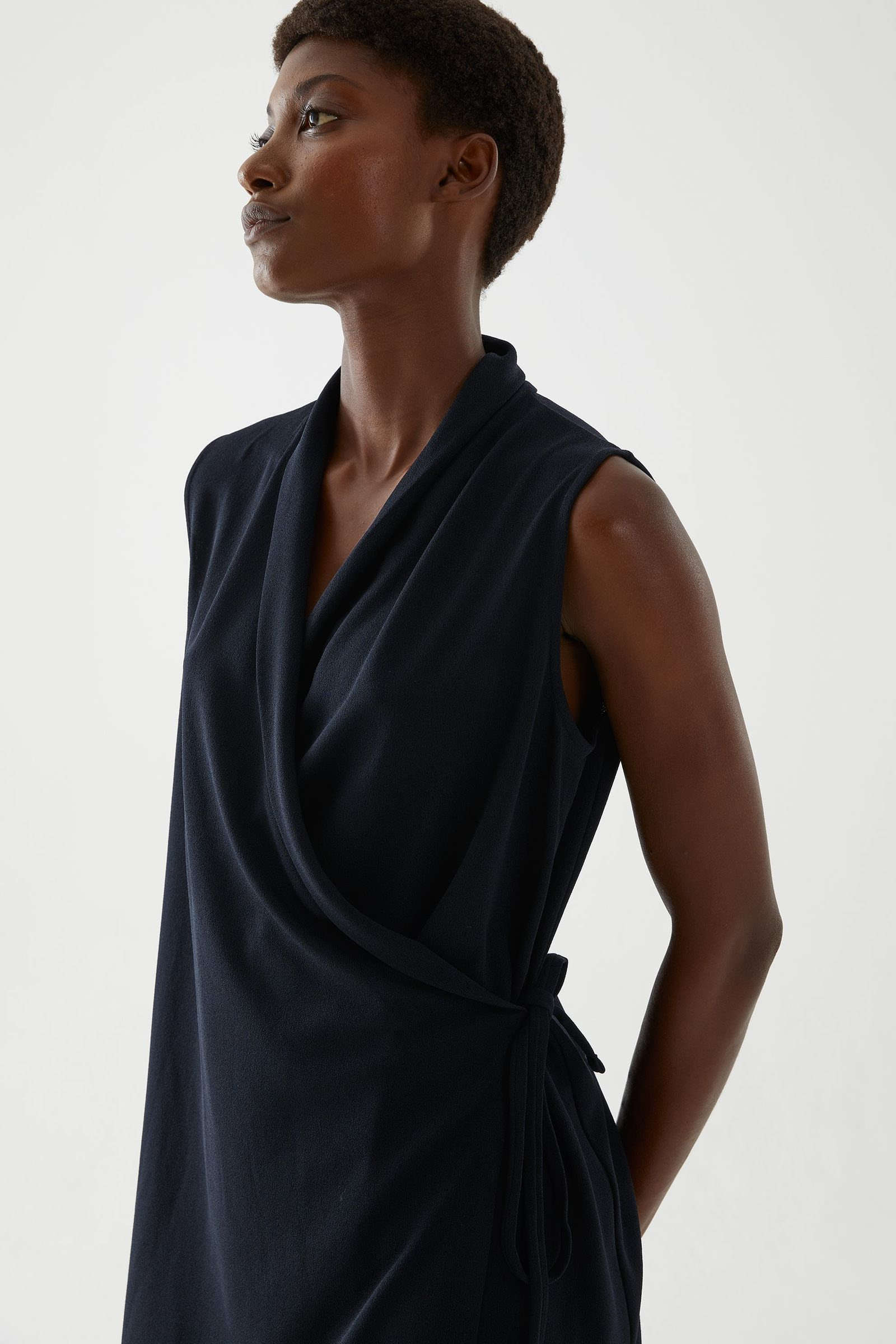 COS 슬리브리스 카울 넥 드레스의 블랙컬러 ECOMLook입니다.
