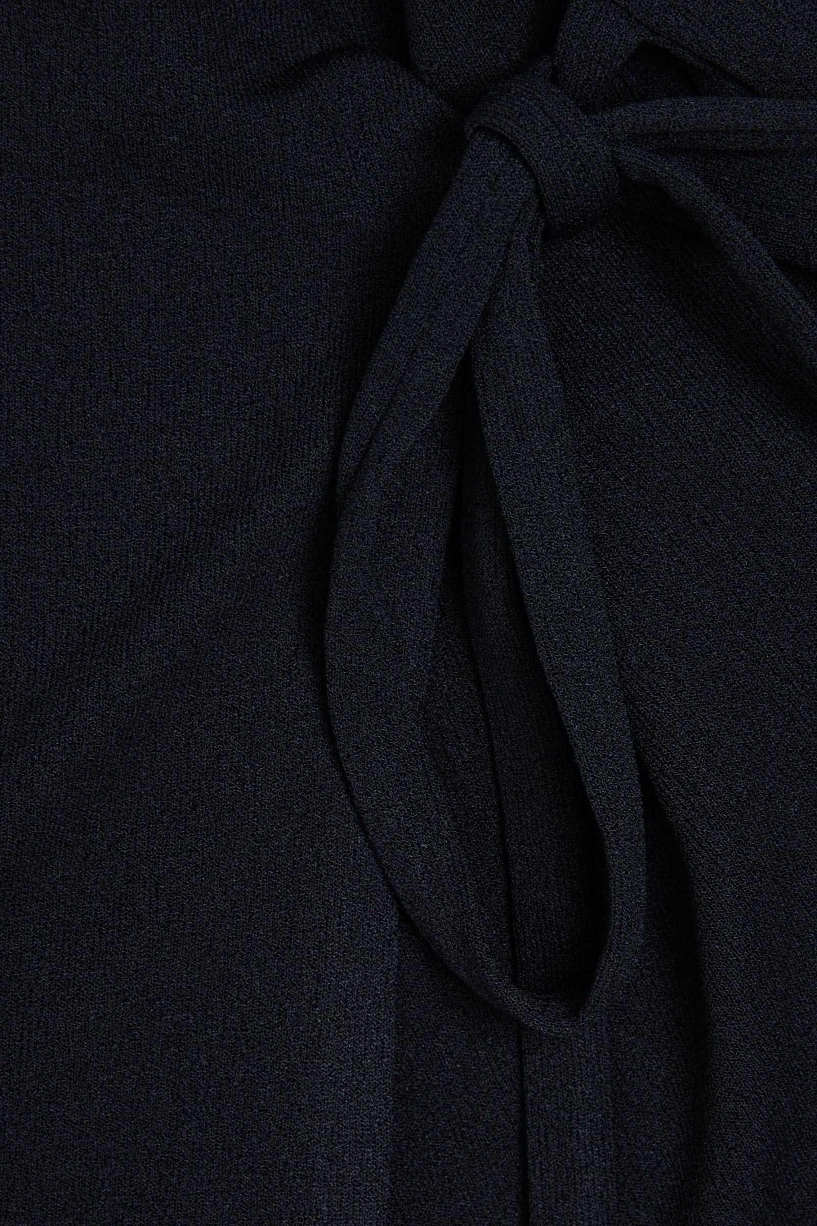 COS 슬리브리스 카울 넥 드레스의 블랙컬러 Detail입니다.