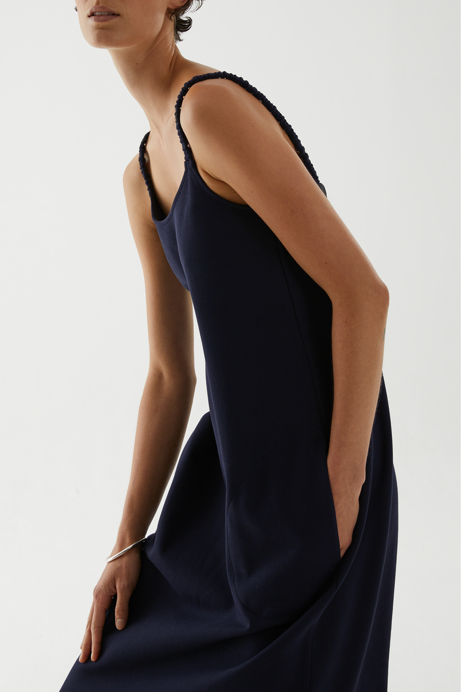 COS 오가닉 코튼 라운디드 헴 슬립 드레스의 네이비컬러 ECOMLook입니다.