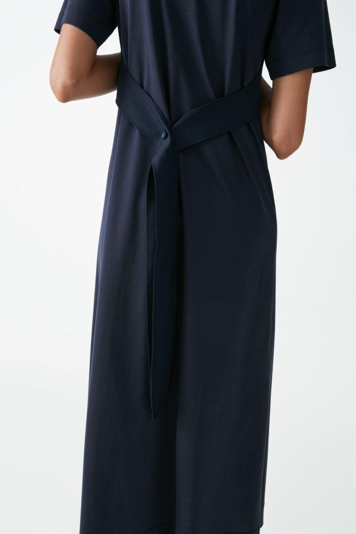 COS 레이어드 코튼 저지 드레스의 네이비컬러 ECOMLook입니다.